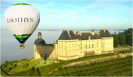 Montgolfiere sur le chateau de Hautefort