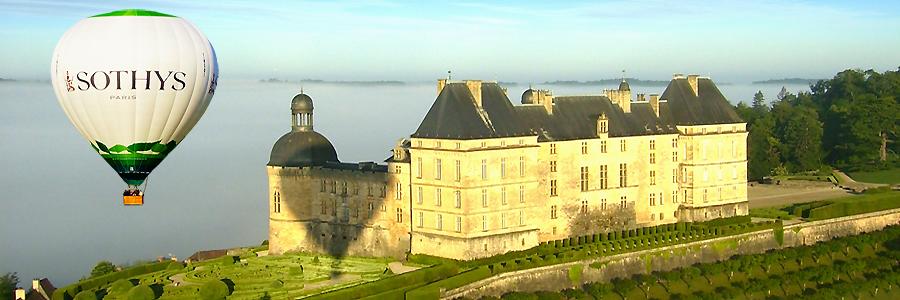 Décollage en montgolfière du château de Hautefort en Dordogne