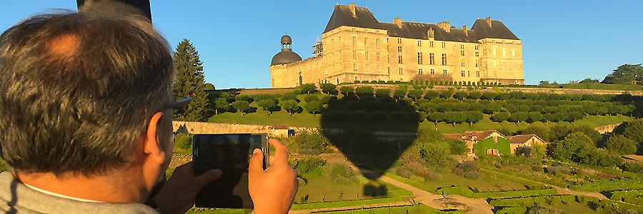 C'est parti pour un vol en montgolfière au dessus du château de Hautefort