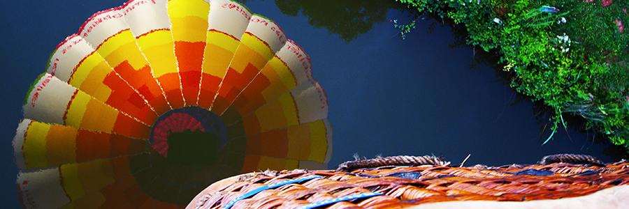 Jeu de miroir avec la montgolfière en passant au dessus d'un plan d'eau