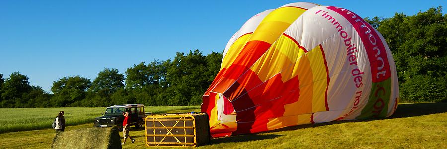 Atterrissage de la montgolfière dans un joli champ bien coupé