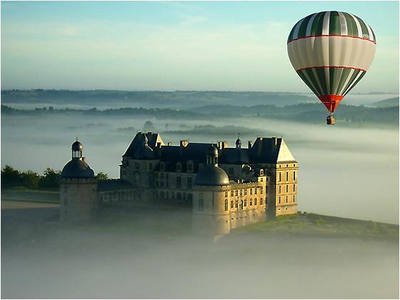Montgolfière au dessus de la brume a Hautefort