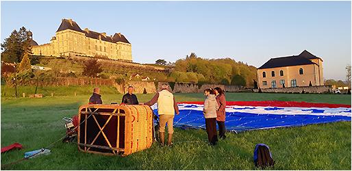 Mise en place de la montgolfière au pied du château de Hautefort en Dordogne